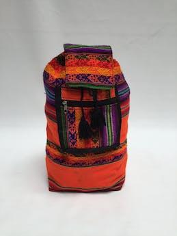 Mochila naranja con estampado incaico, bolsillo con cierre delantero, botón y tira para ajustar. Estado: 9/10 Alto: 43 cm Largo: 34.5 cm Ancho: 14 cm foto 1
